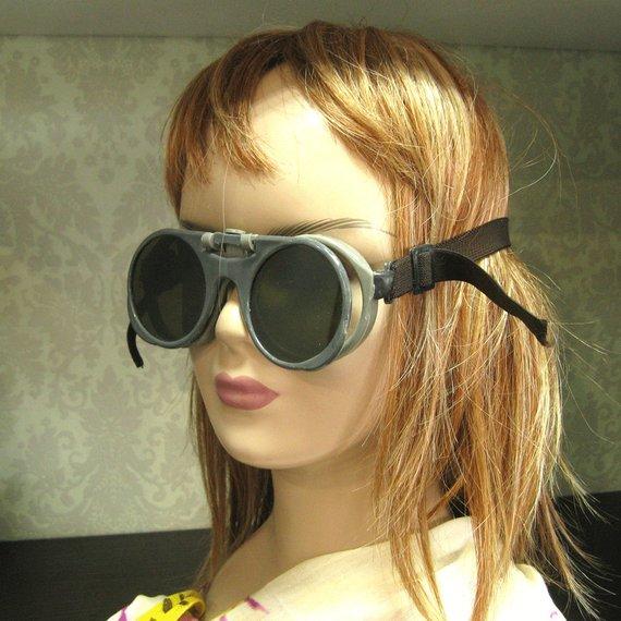 gafas steampunk exhibidos en maniquí