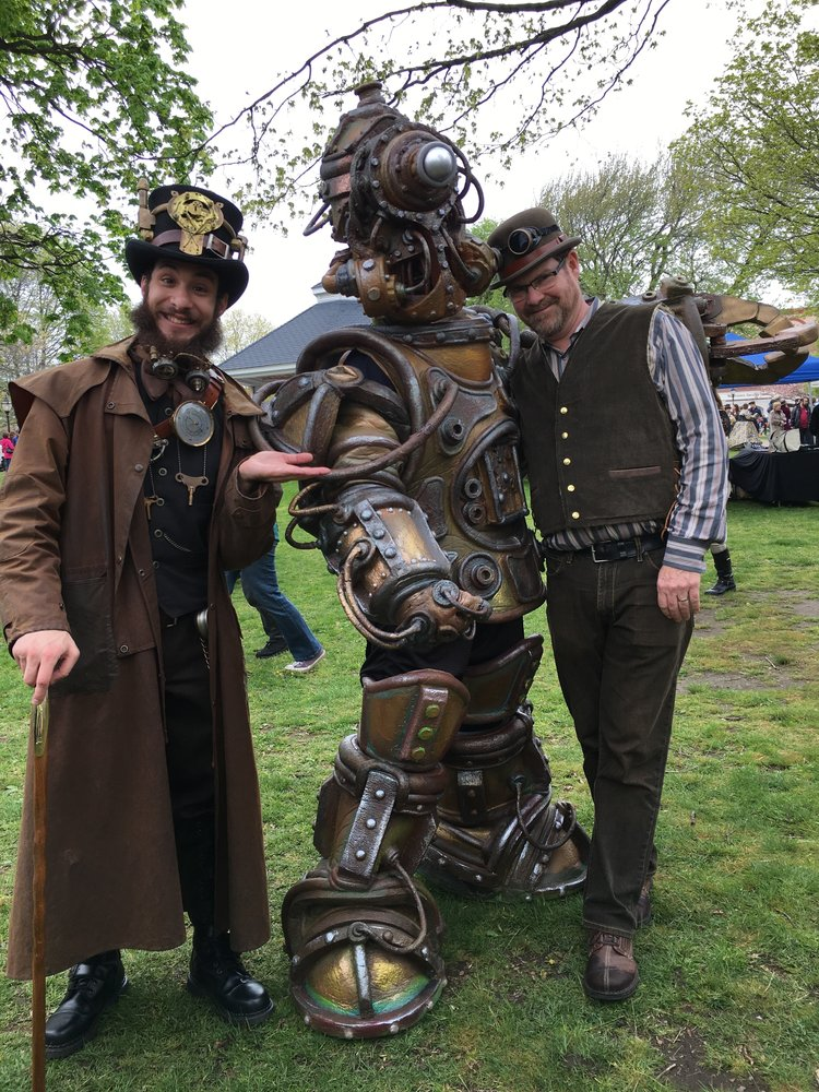 fanáticos con trajes en steampunk city festival