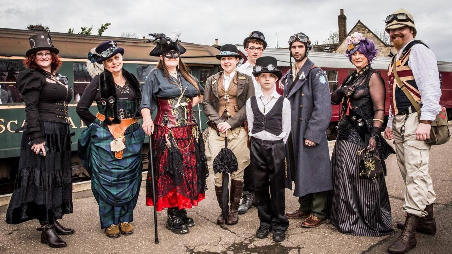 personas vestidas al estilo steampunk