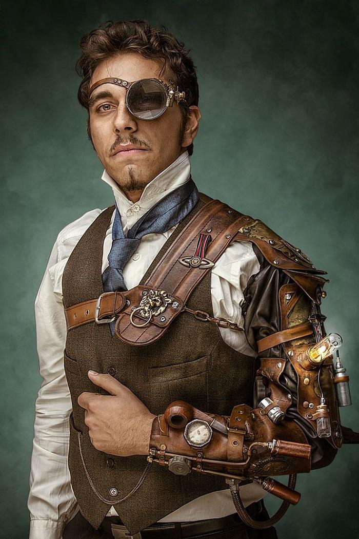atuendo steampunk con brazo mecánico hombre