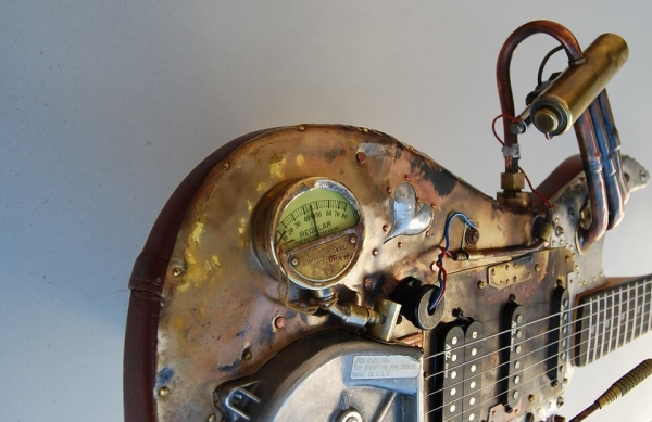 guitarra reconstruida al estilo steampunk